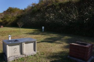 高瀬湖畔キャンプ場水道・流し台・AC電源・釜