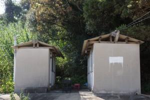 前島海水キャンプ場 トイレ(左)、シャワー室(右)