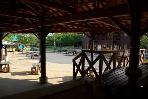 市ノ池公園 食事棟からバーベキューサイト